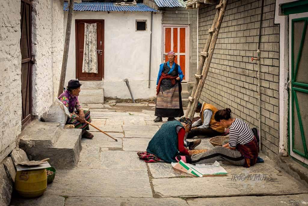 Bajo Mustang Nepal - Refugiados tibetanos trabajando