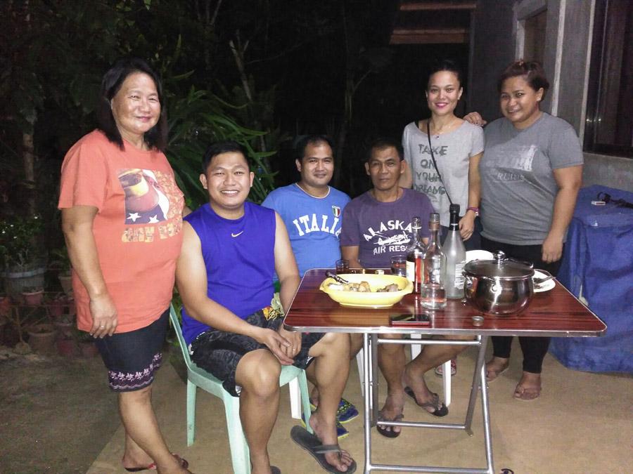 Cena Familiar en Filipinas, mucha comida y bebida