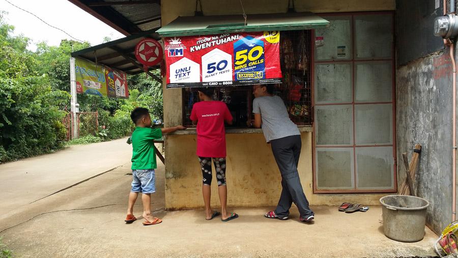 Niños compran unos helados en la tienda del pueblo