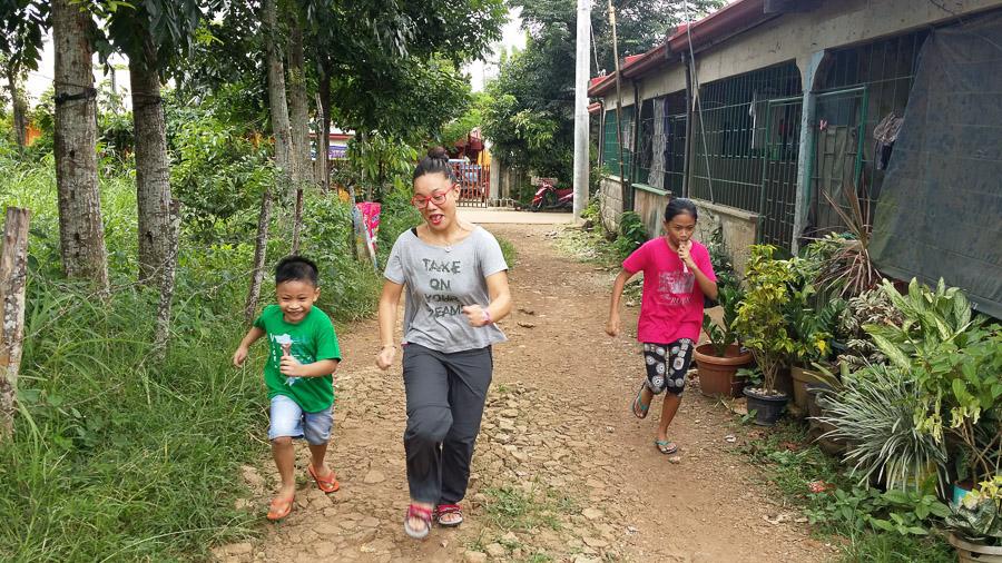 Niños Filipinos juegan por las calles de Tanay Rizal, Filipinas