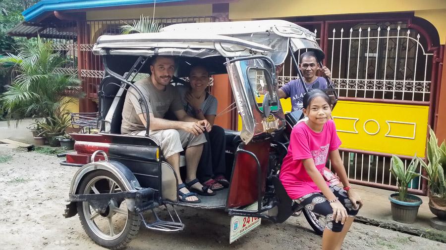 Paseo en el triciclo familiar en Filipinas
