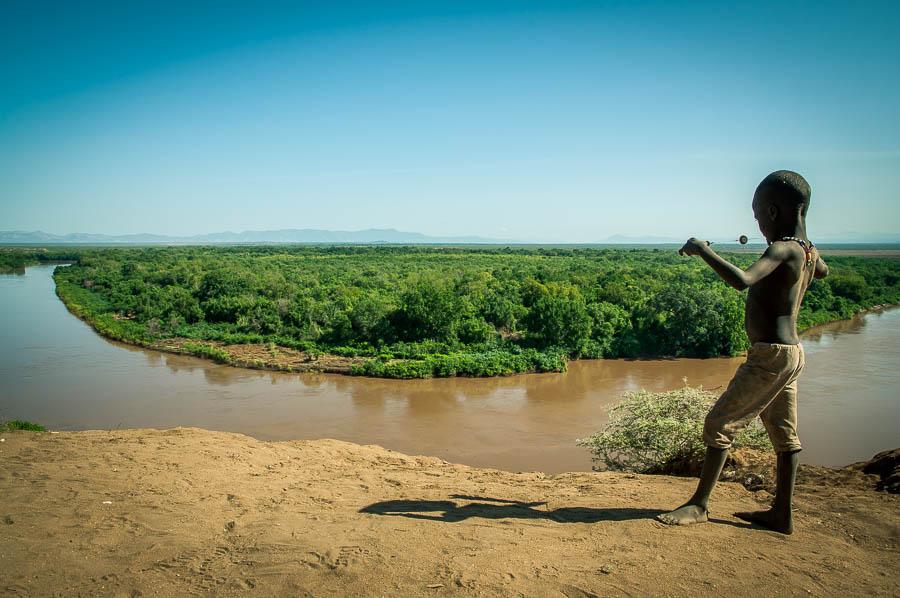 Niño Karo a orillas del rio Omo, Etiopía