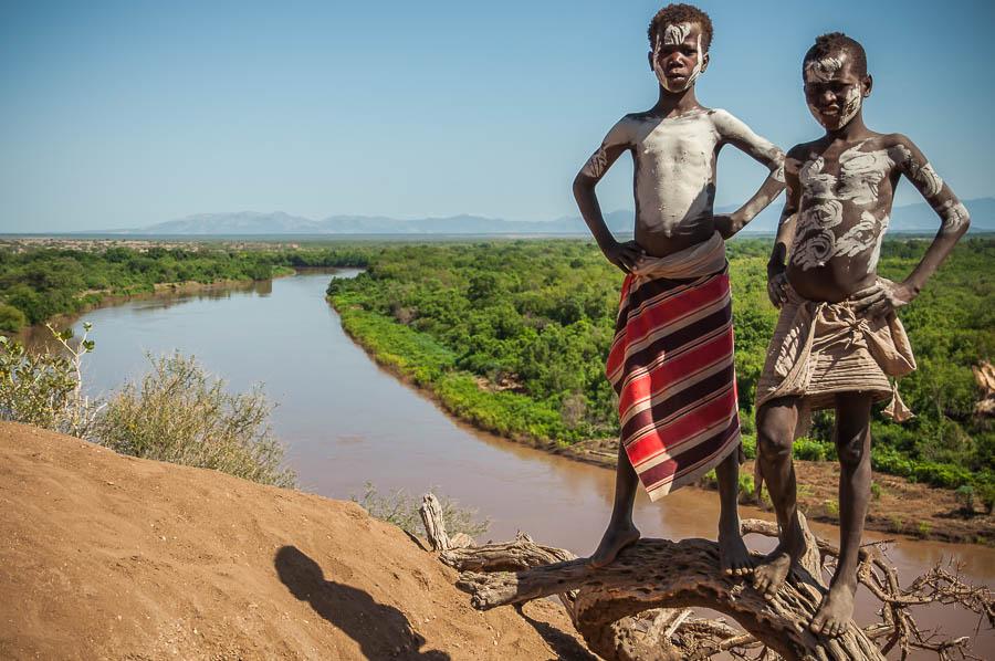 Niños Karo a orillas del rio Omo, Etiopía
