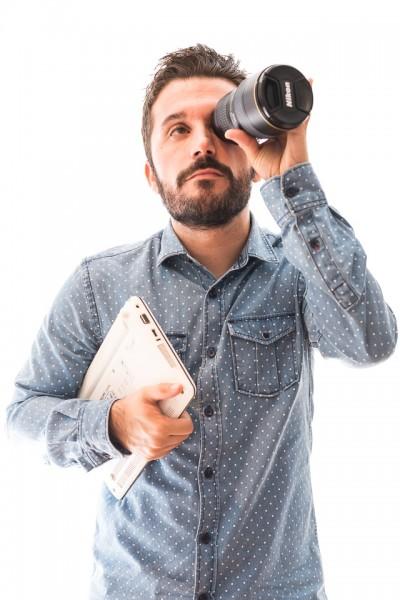 Chico en estudio, mostrando su faceta de fotógrafo e informatico