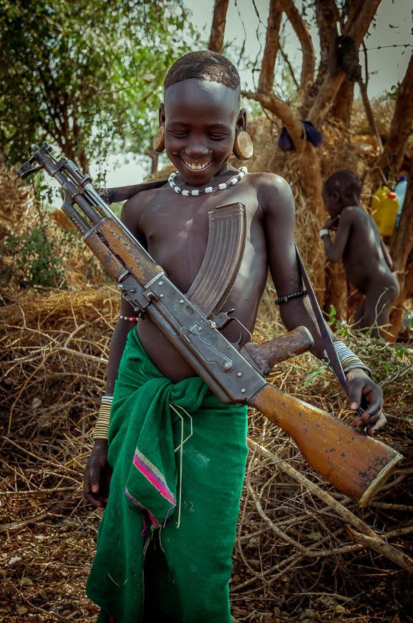Niño Mursi portando arma, Etiopía