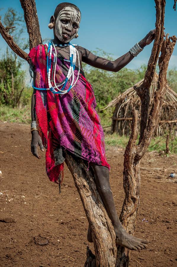 Niño armado Mursi, Etiopía