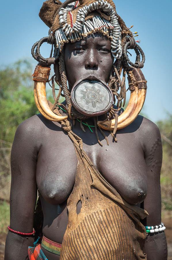 Mujer Mursi al sur de Etiopía, a orillas del rio Omo