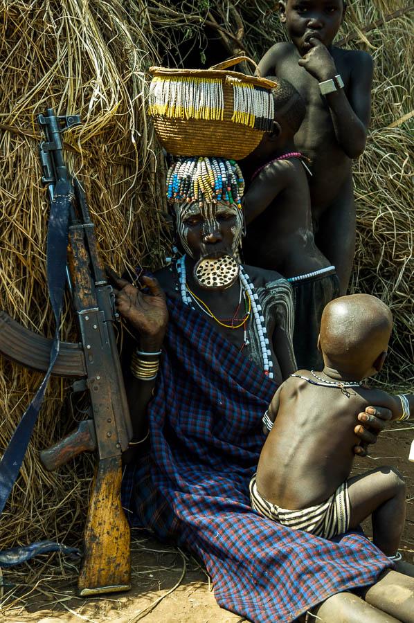 Mujer Mursi portando arma, Etiopía