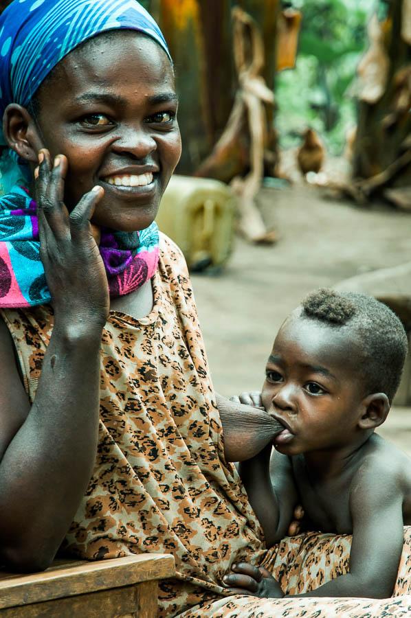 Mujer Konso amamantando a su hijo, Etiopía