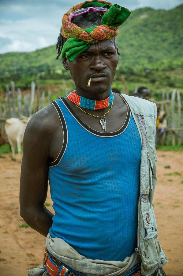 Hombre tribu Bana en mercado Key Afer, Etiopía
