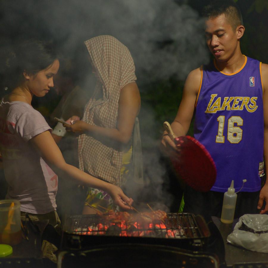 Pareja hace Barbacoa de carne en Bohol, Filipinas
