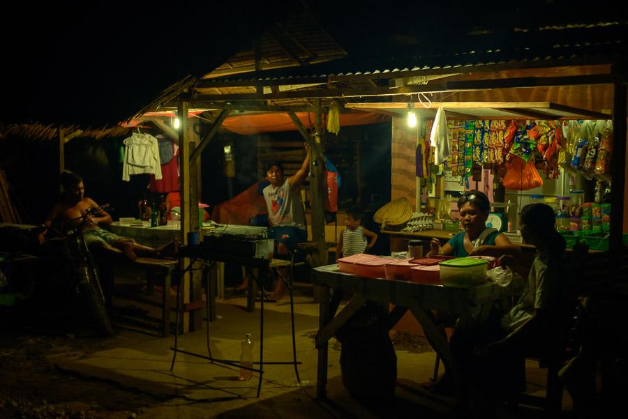 Familia Filipina en el porche de su casa