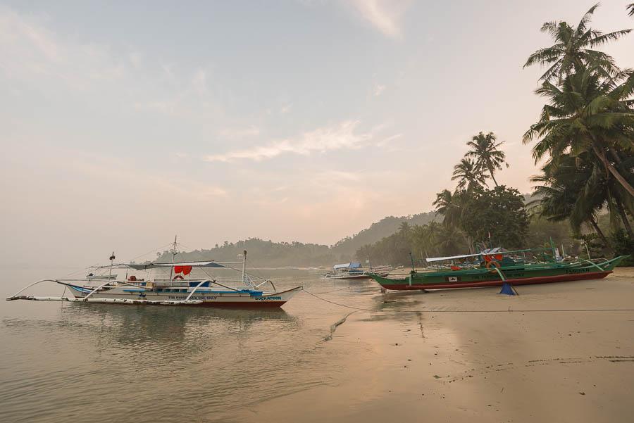 Preciosa luz durante un amanecer cualquiera en Port Barton, Filipinas