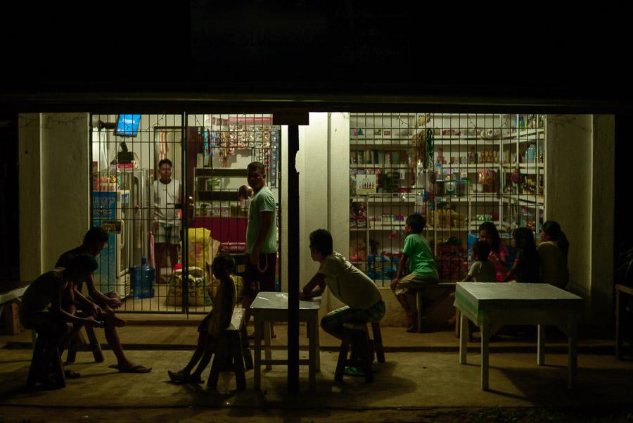 Niños viendo la televisión en una tienda, Bohol, Filipinas
