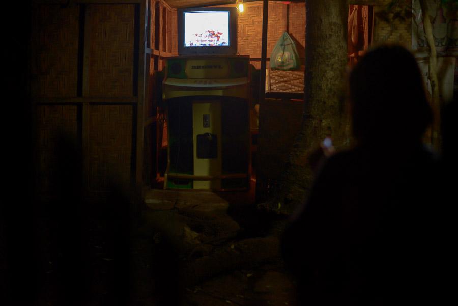 Mujer encendiendo un cogarro y cantando Karaoke, Filipinas