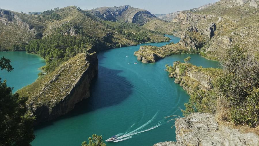 Mirador de Bolarque desde donde se puede observar el puerto y las aguas verdes