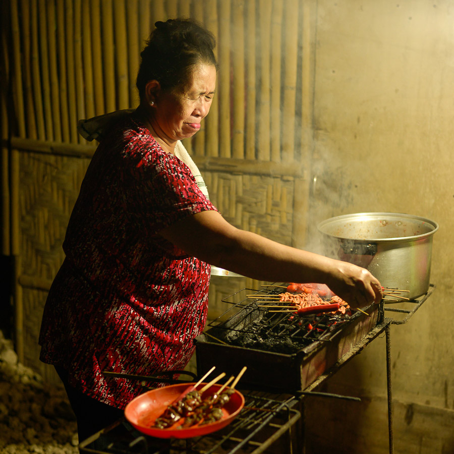 Mujer hace Barbacoa de carne en Bohol, Filipinas