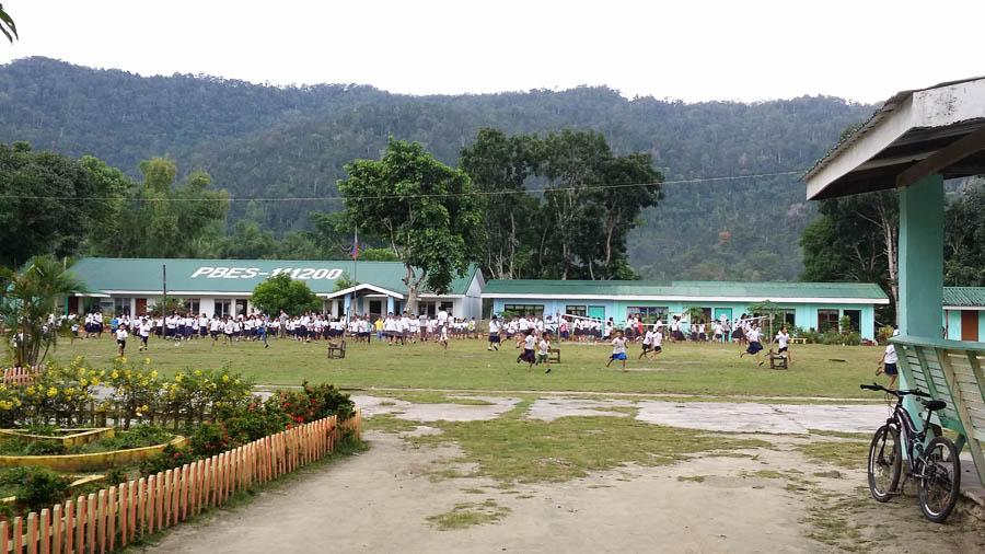 Niños a la salida del colegio, Port Barton, Filipinas