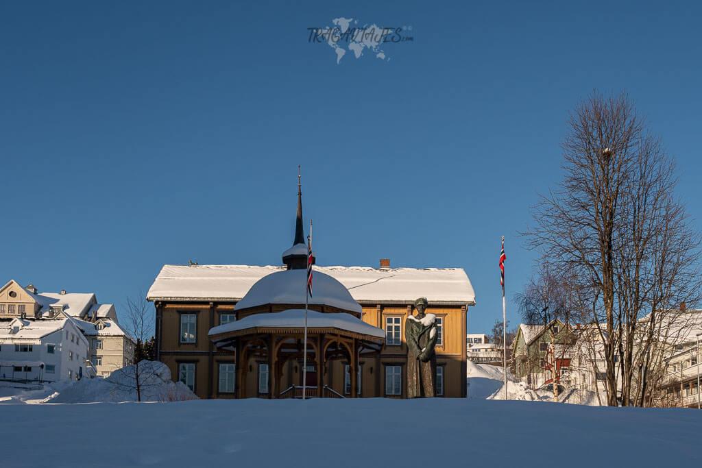 Recorrido por el centro de Tromso - Estatua del Rey Haakon VII