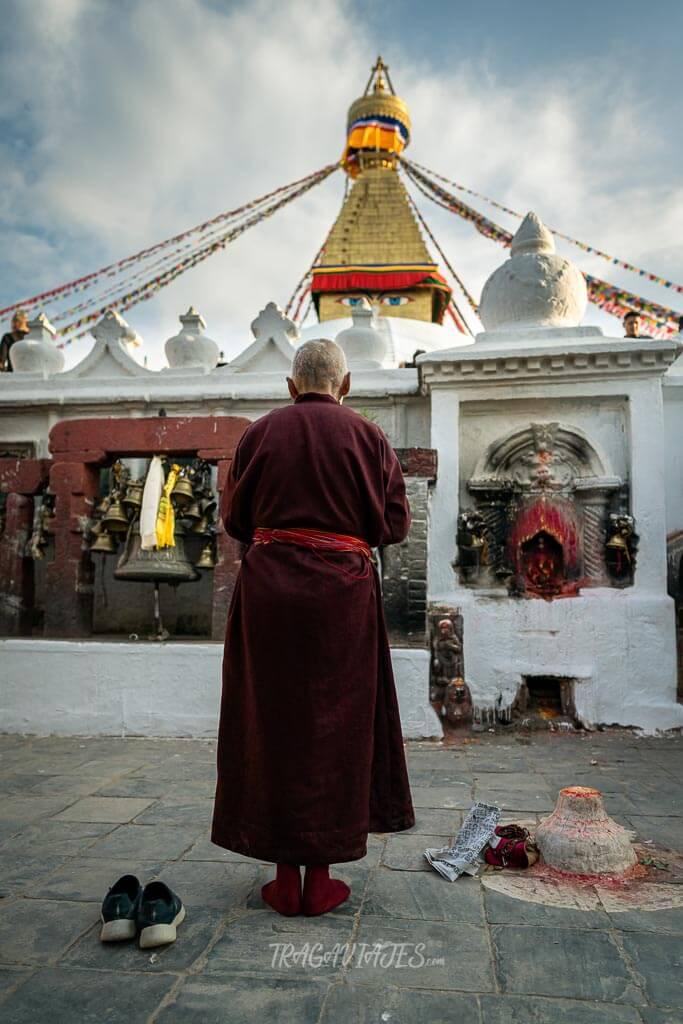 Qué ver en Katmandú en 4 días - Monje rezando