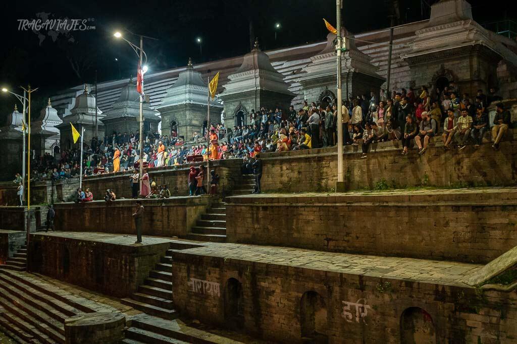 Qué ver en el valle de Katmandú y alrededores - Ceremonia Pashupati Bagmati Aarati en Pashupatinath