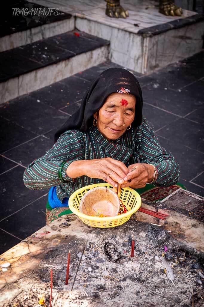 Qué ver y hacer en Pokhara - Devotos en el Templo Tal Barahi