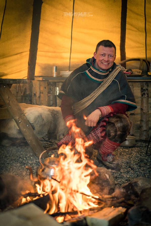 Ruta por Laponia - Preparando la comida sami en un lavvu