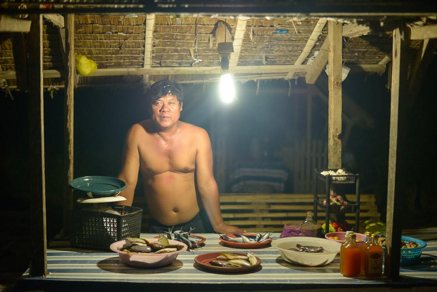 Hombre en su tienda de pescado, Filipinas