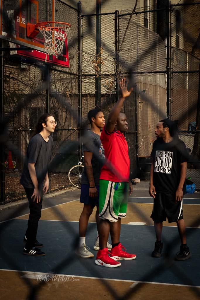Partido de baloncesto en The Cage
