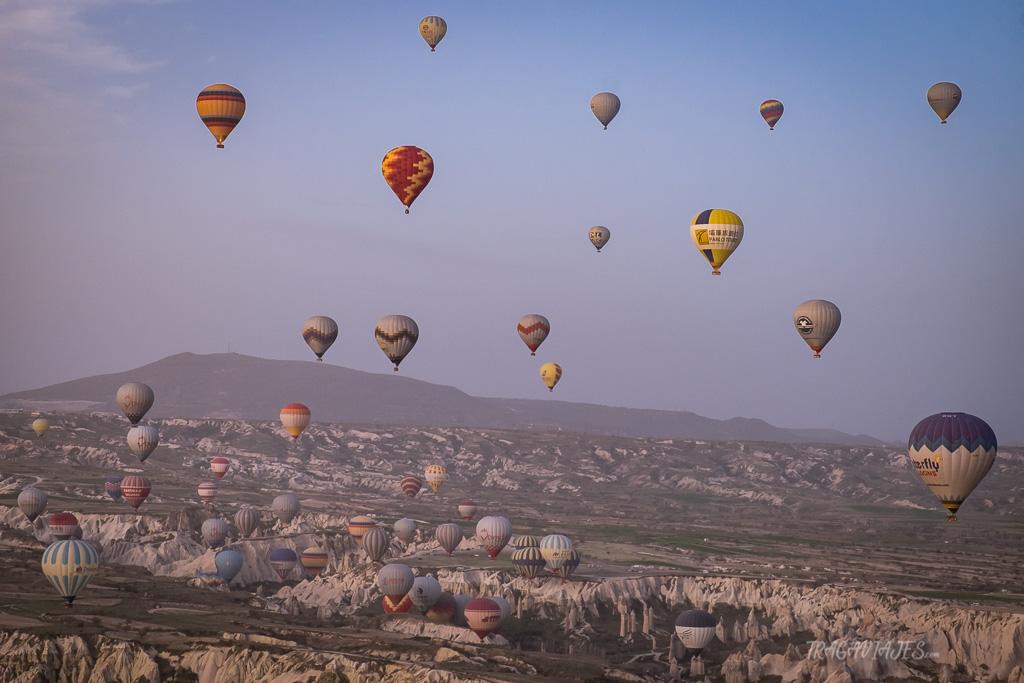 volar en globo en capadocia aparecen mas de 40 globos sobre las montañas de la capadocia